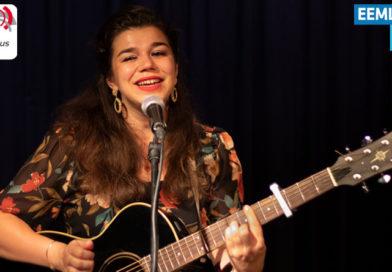 Delise zingt live in de studio